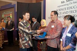 Saat-Bpk.-Herfien-menerima-penghargaan-dr-Kepala-BPPT Bapak Dr. Marzan Aziz  Iskandar