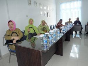Saat-mendengarkan-presentasi-dr-Kepsek-SMKN2-Pkp